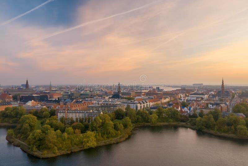 De horizon van Kopenhagen bij zonsopgang royalty-vrije stock afbeelding