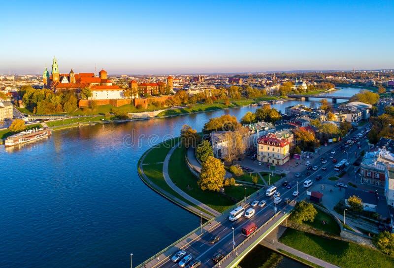 De horizon van Krakau, Polen, met het kasteel van Zamek Wawel en Vistula-Rivier royalty-vrije stock foto's