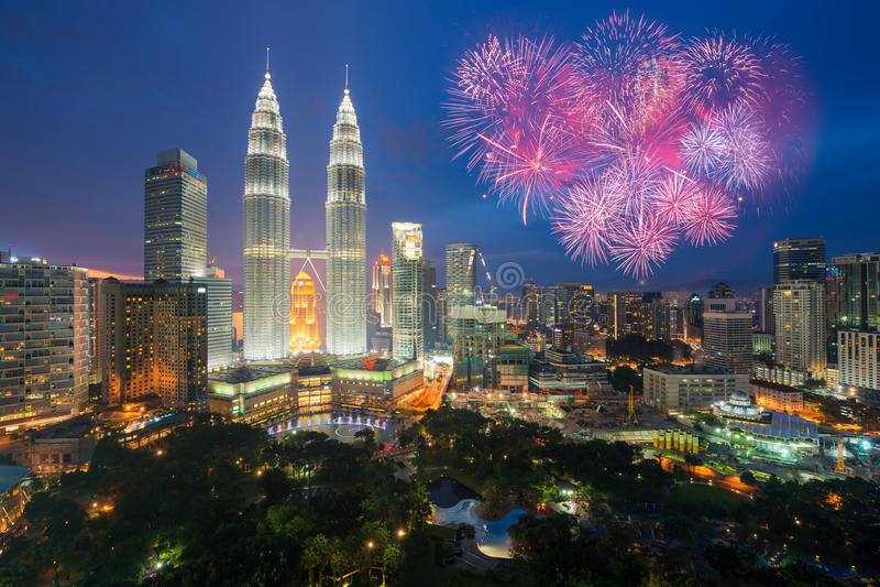 De horizon van Kuala Lumpur met het Nieuwe jaar van de Vuurwerkviering dag 201 stock foto