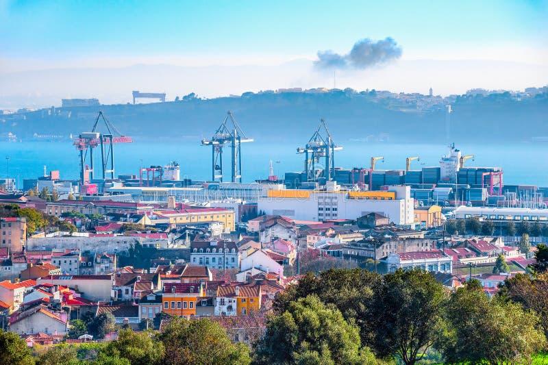 De horizon van Lissabon, kranen en ladingscontainers royalty-vrije stock fotografie
