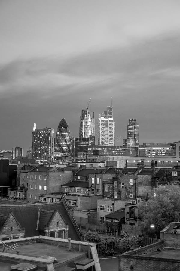 De horizon van Londen bij nacht stock foto