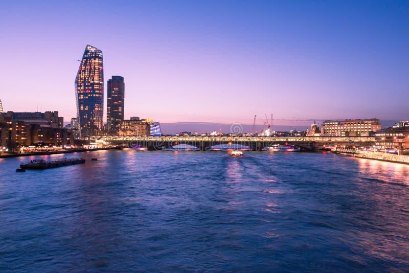 De Horizon van Londen bij Schemer met de Rivier, de Brug en de Stadsgebouwen van Theems royalty-vrije stock fotografie
