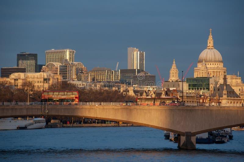 De horizon van Londen bij zonsondergang van rivier Theems Waterloo Brug en St Paul Kathedraal stock afbeelding