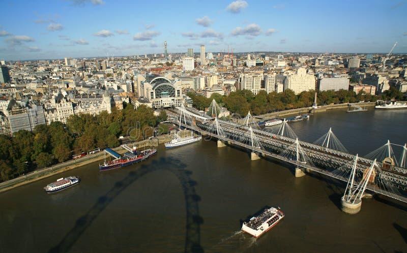 De horizon van Londen en de brug Hungerford stock foto
