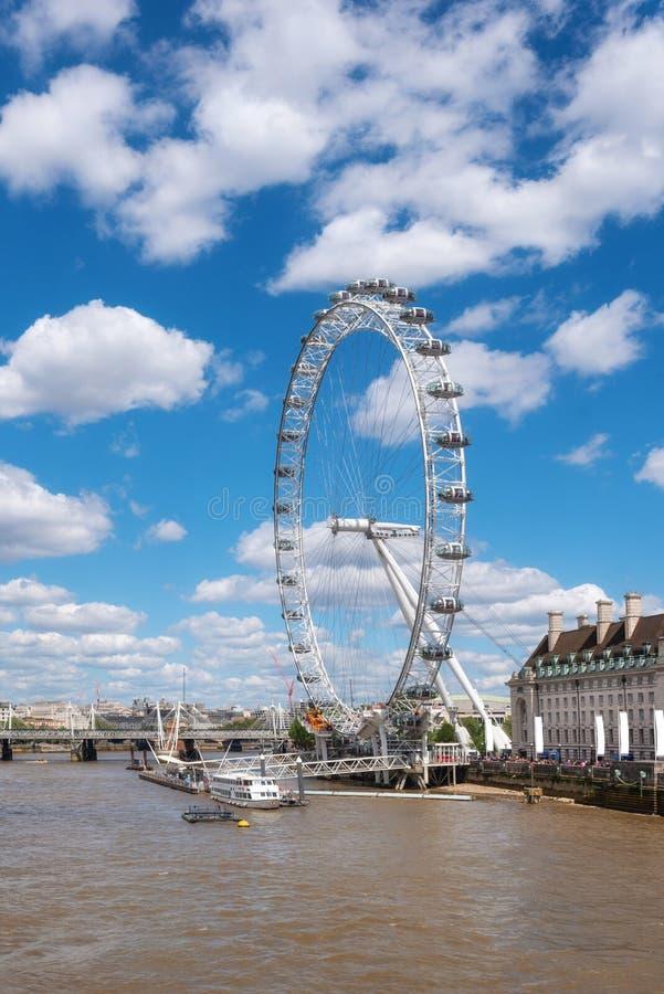 De horizon van Londen Het oog van Londen en de pijler van riviertheems, van de brug van Westminster Het Verenigd Koninkrijk stock foto's