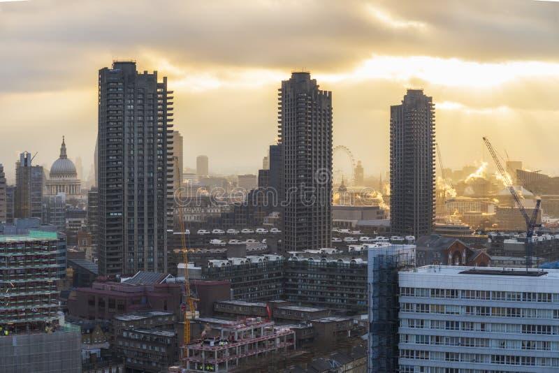De horizon van Londen met inbegrip van St Paul Kathedraal bij zonsondergang, stock afbeelding