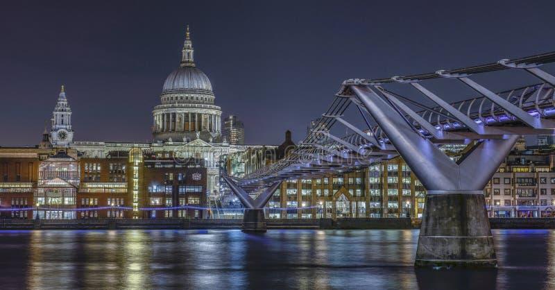 De horizon van Londen met Millenniumbrug en St Paul ` s Kathedraal  stock afbeelding