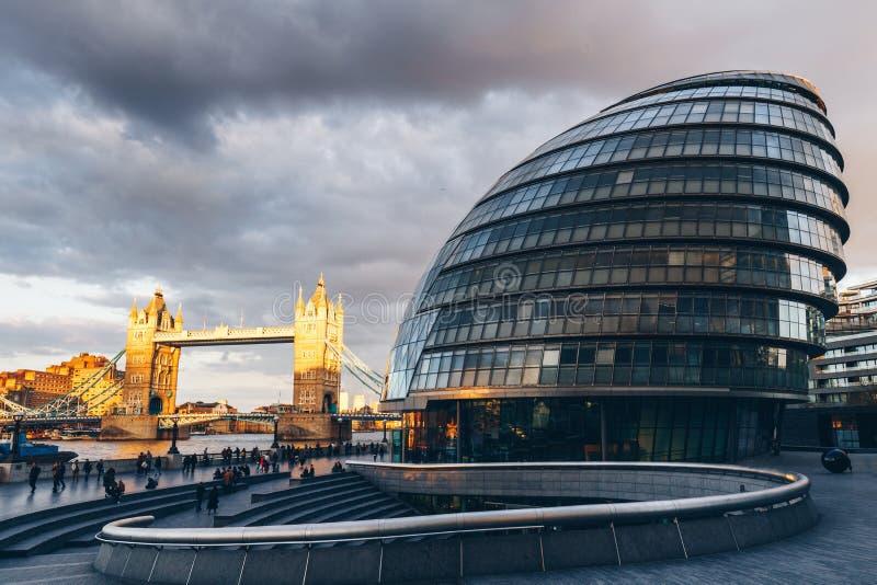 De horizon van Londen met Stadhuis en Torenbrug bij zonsondergang, Londen stock afbeelding
