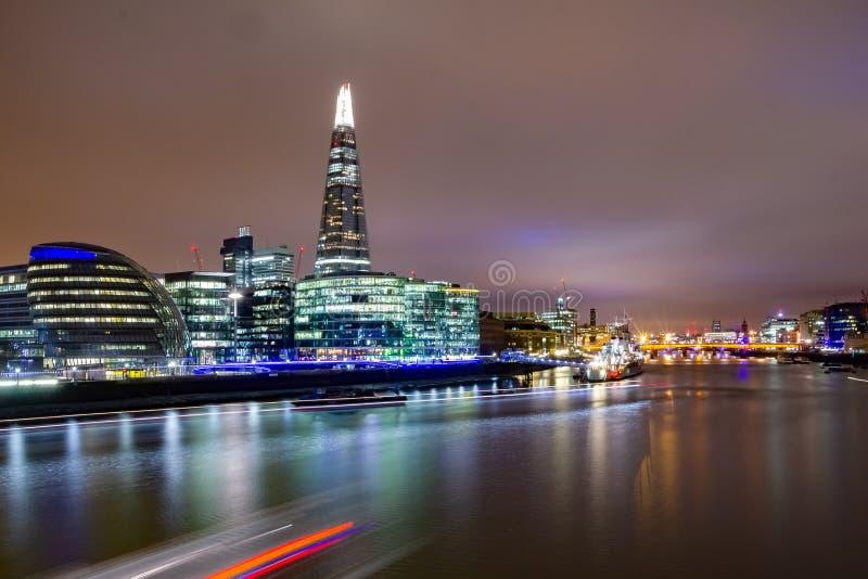 De horizon van Londen op de rivier van Theems bij schemer, Londen, Engeland stock foto