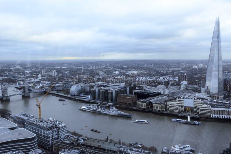 De horizon van Londen ` s langs de rivier stock afbeelding