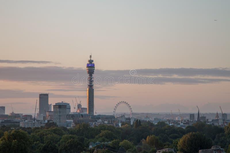 De Horizon van Londen van Sleutelbloemheuvel wordt gezien die royalty-vrije stock foto's