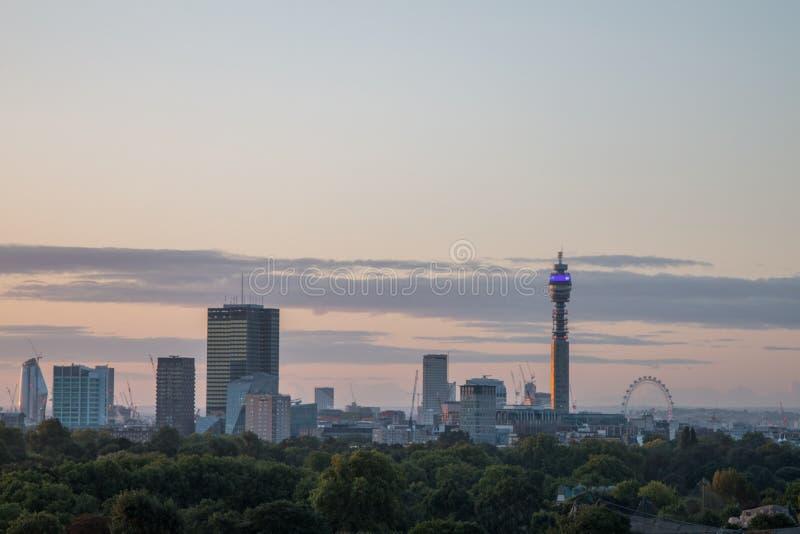 De Horizon van Londen van Sleutelbloemheuvel wordt gezien die royalty-vrije stock fotografie