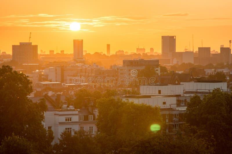 De Horizon van Londen van Sleutelbloemheuvel wordt gezien die royalty-vrije stock afbeeldingen