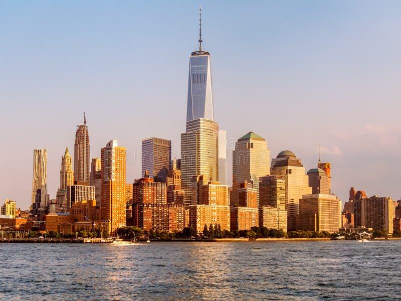 De horizon van Lower Manhattan bij zonsondergang in New York royalty-vrije stock foto's