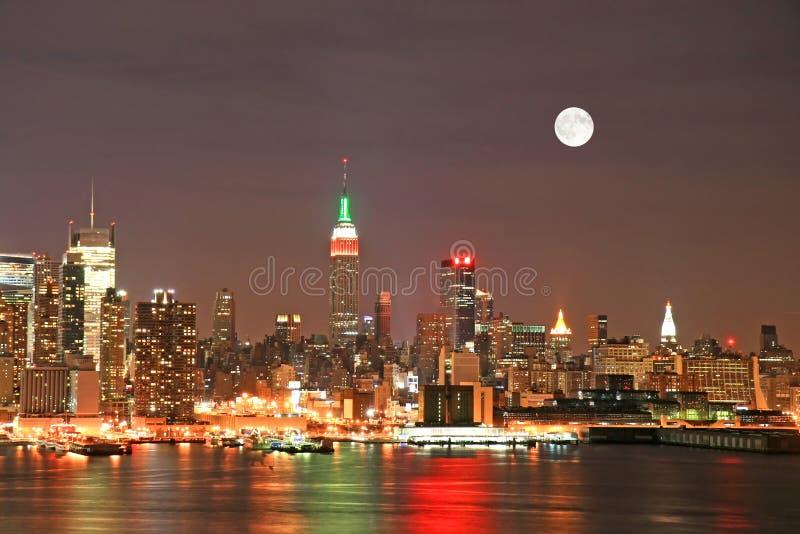 De Horizon van Manhattan bij Kerstavond royalty-vrije stock foto's