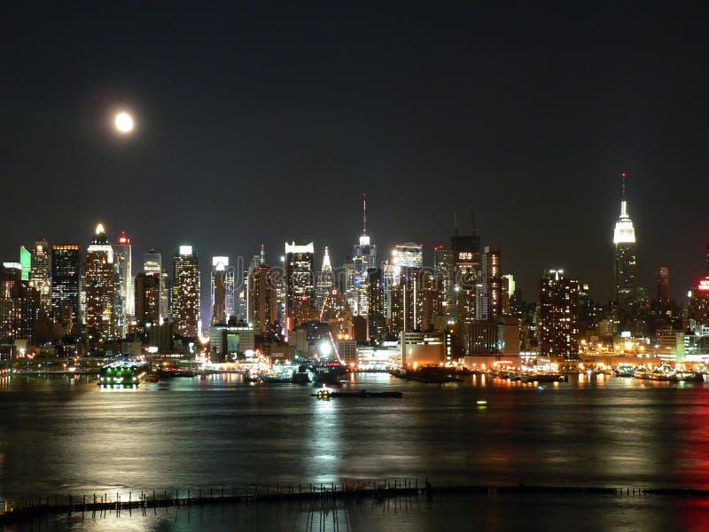 De Horizon van Manhattan bij Nacht stock afbeeldingen