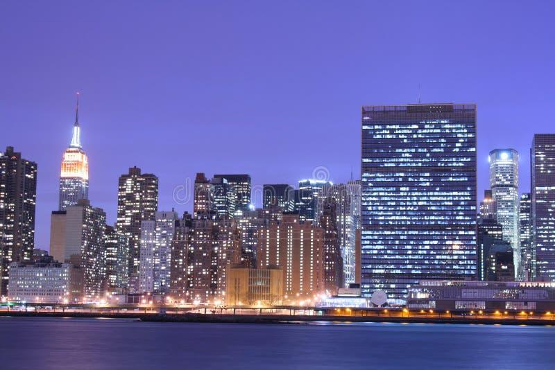 De horizon van Manhattan bij Nacht royalty-vrije stock afbeelding