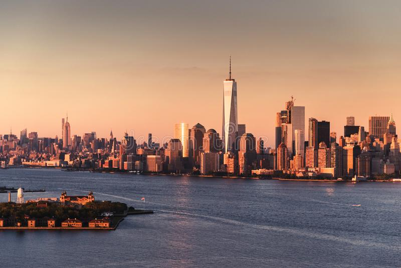 De horizon van Manhattan bij schemer stock foto's