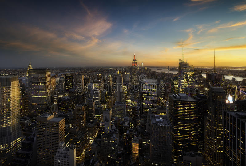 De horizon van Manhattan bij zonsondergang, New York stock fotografie