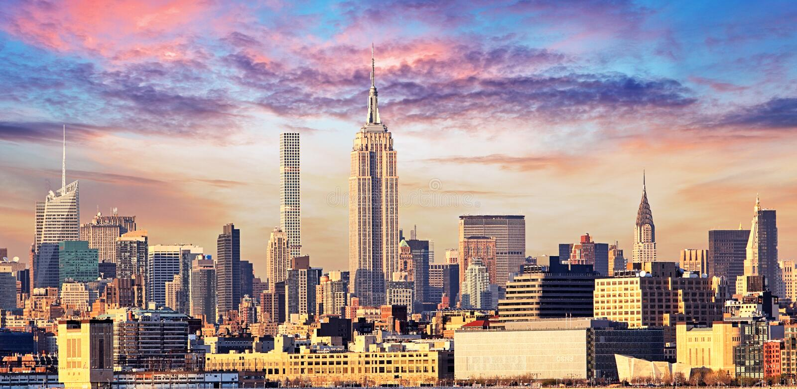 De Horizon van Manhattan met Empire State Building over Hudson River, stock foto's