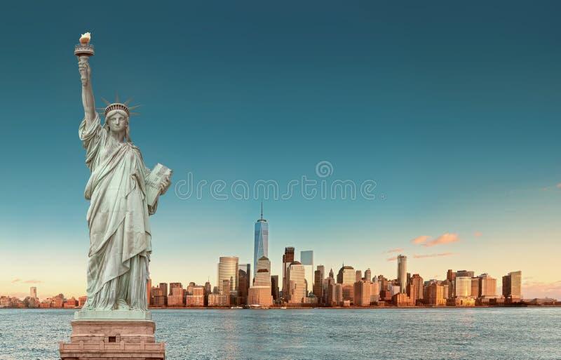 De Horizon van Manhattan met het Standbeeld van Vrijheid, de Stad van New York De V.S. royalty-vrije stock afbeeldingen
