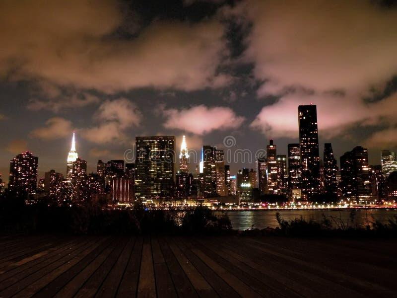 De Horizon van Manhattan New York bij Nacht royalty-vrije stock foto