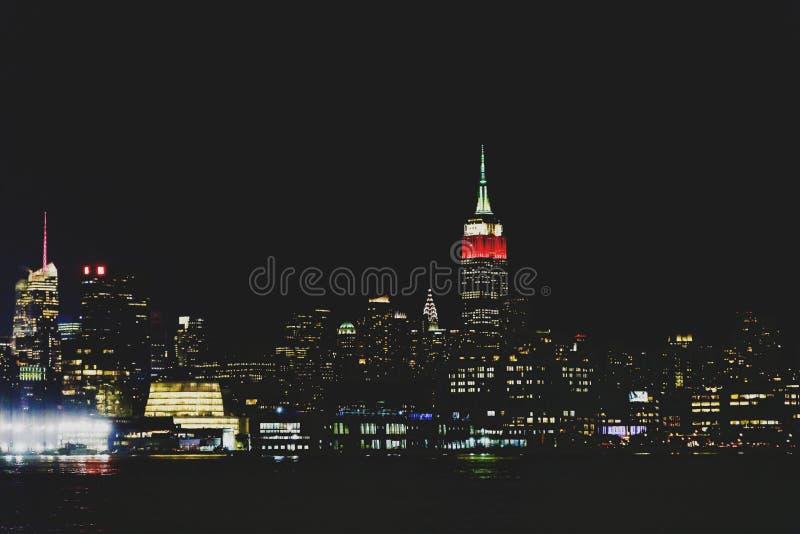 De horizon van Manhattan 's nachts zoals die van Hoboken, New Jersey wordt gezien royalty-vrije stock fotografie