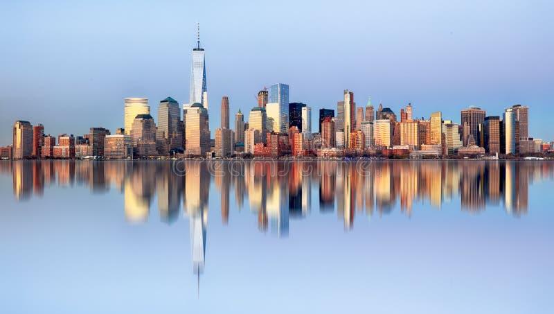 De horizon van Manhattan, de Stad van New York bij nacht stock afbeeldingen