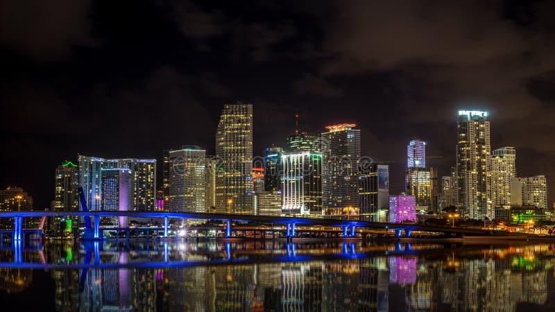 De horizon van Miami bij nacht stock afbeeldingen