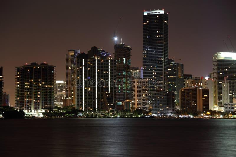 De horizon van Miami bij nacht stock foto's