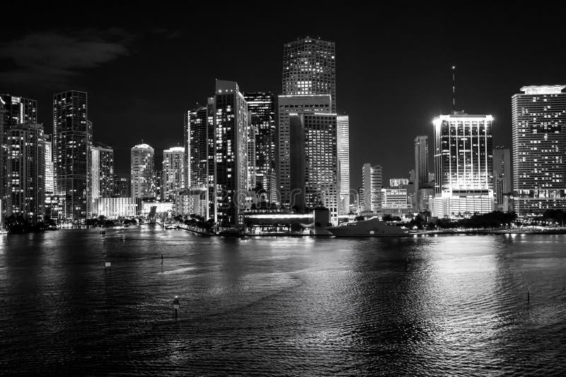 De horizon van Miami, Florida, de V.S. op Biscayne-Baai Het concept van het Luxuruleven het gloeien mening van Miami de stad in stock afbeelding