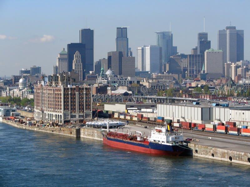 De horizon van Montreal, commerciële schip en Heilige Lawrence River stock foto