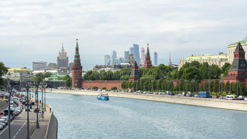 De horizon van Moskou met het Kremlin, Internationaal commercieel Centrum en Ministerie van Buitenlandse zaken, Rusland stock afbeeldingen