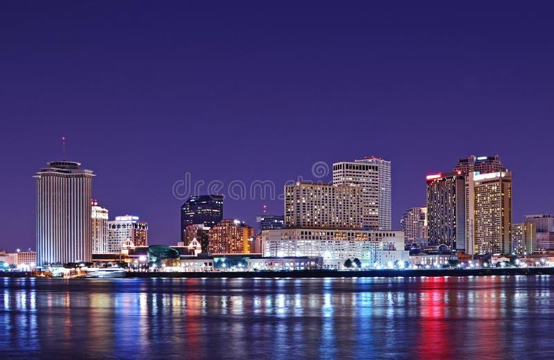 De horizon van New Orleans die in de Rivier van de Mississippi wordt weerspiegeld stock afbeelding