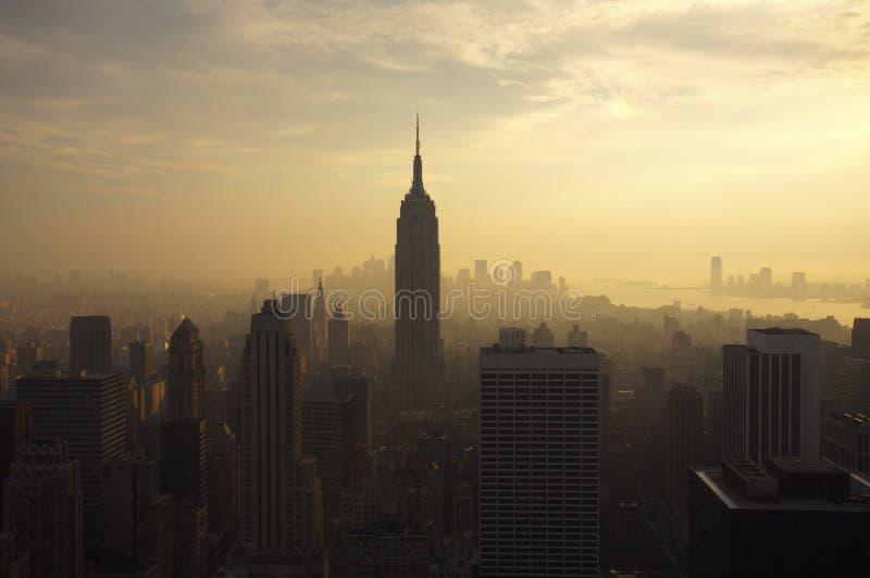 De Horizon van New York bij schemer