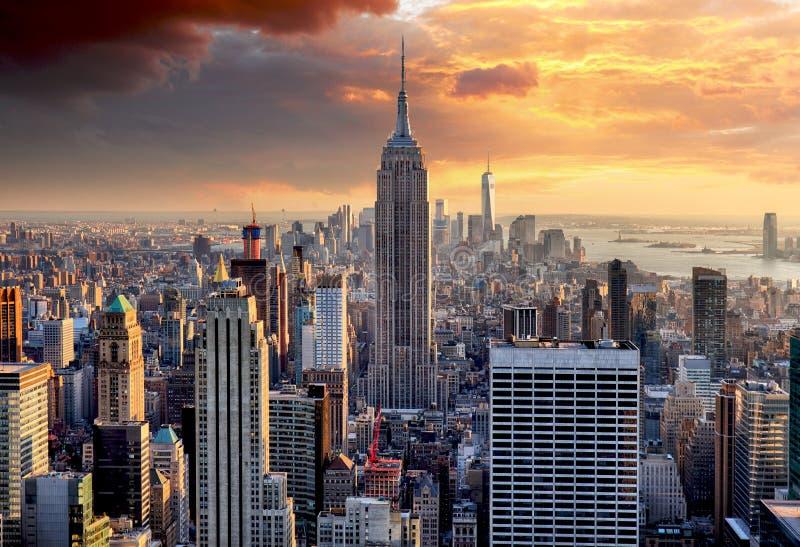 De horizon van New York bij zonsondergang, de V.S. stock foto