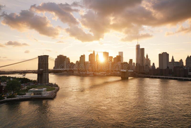 De horizon van New York en de brug van Brooklyn royalty-vrije stock afbeelding