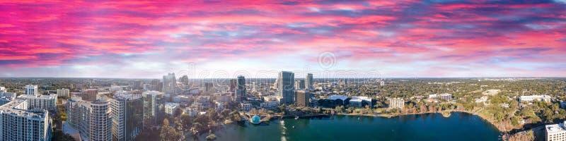 De horizon van Orlando bij zonsondergang, mooi panorama van Florida royalty-vrije stock foto