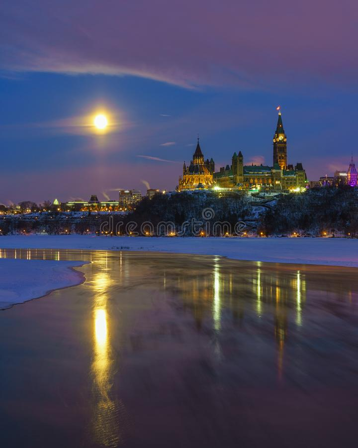 De horizon van Ottawa in de winter onder volle maan royalty-vrije stock afbeelding