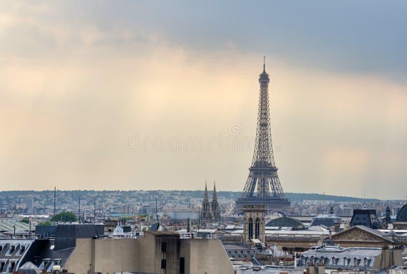 De Horizon van Parijs en de Toren van Eiffel bij zonsondergang in Parijs royalty-vrije stock foto's