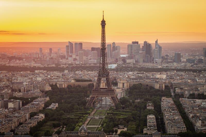 De horizon van Parijs met de Toren van Eiffel bij zonsondergang in de stad van Parijs, Frankrijk stock fotografie