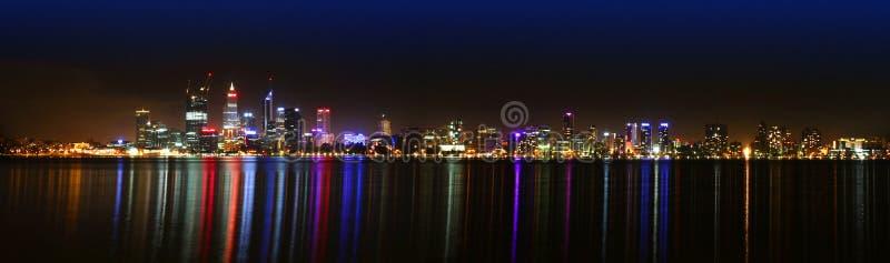 De horizon van Perth bij nacht stock foto's