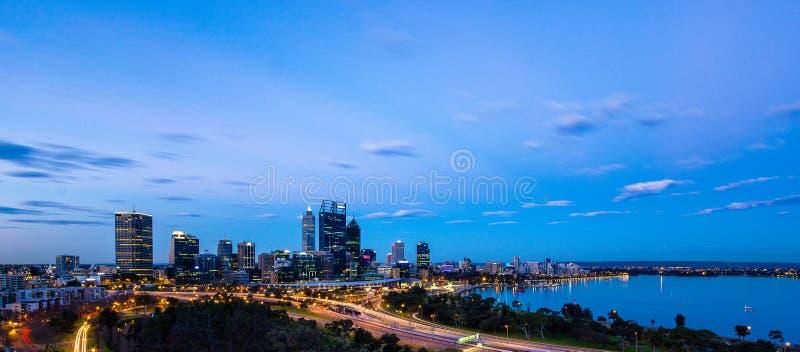 De Horizon van Perth bij Schemer stock foto's