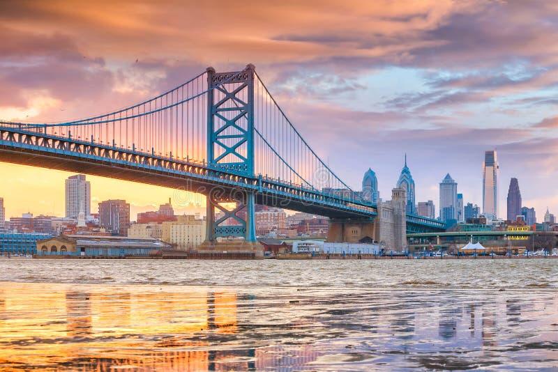 De horizon van Philadelphia, Ben Franklin-brug en het landen van Penn ` s stock foto