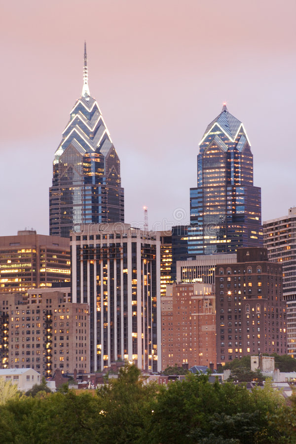 De Horizon van Philadelphia van de Plaats van Één en Twee Vrijheid met zelfs Roze stock foto's