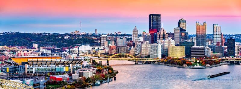 De horizon van Pittsburgh, Pennsylvania bij zonsondergang stock foto's