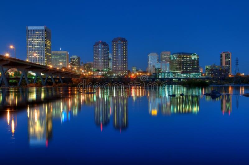 De Horizon van Richmond, Virginia bij Nacht stock afbeeldingen