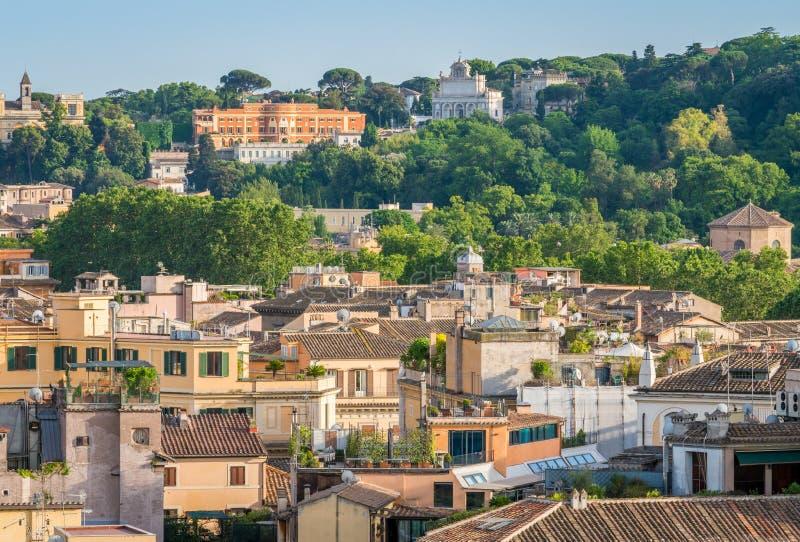 De horizon van Rome zoals die van Castel Sant ` Angelo met Acqua Paola Fountain en de Gianicolo-Heuvel op de achtergrond wordt ge stock fotografie
