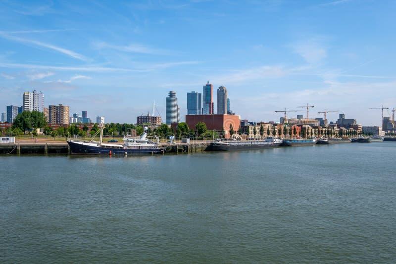 De horizon van Rotterdam van de waterweg wordt gezien die royalty-vrije stock afbeeldingen