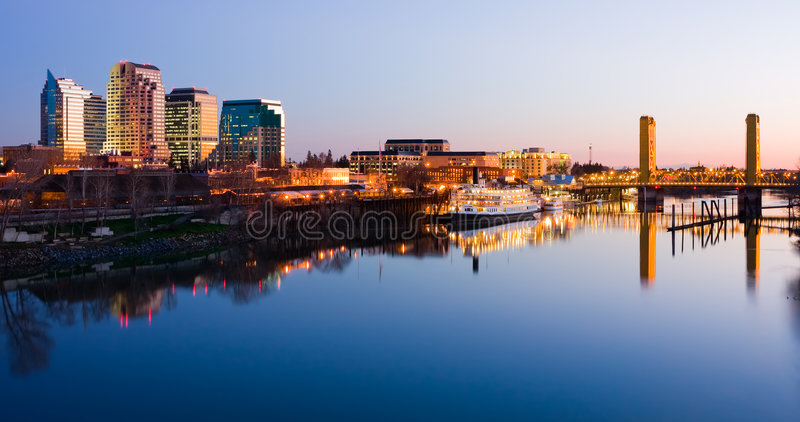 De horizon van Sacramento bij nacht stock foto